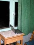 Am Fenster festgebundener Internetstick