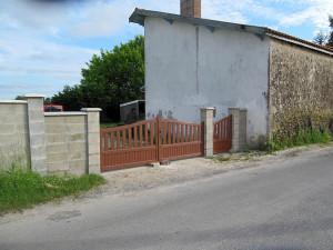 Tor, von der Straße aus